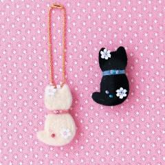 Japan Hamanaka Wool Needle Felting Kit - White & Black Cat Brooch & Charm