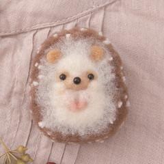 Japan Hamanaka Akurene Pom Pom Craft Kit - Hedgehog Brooch